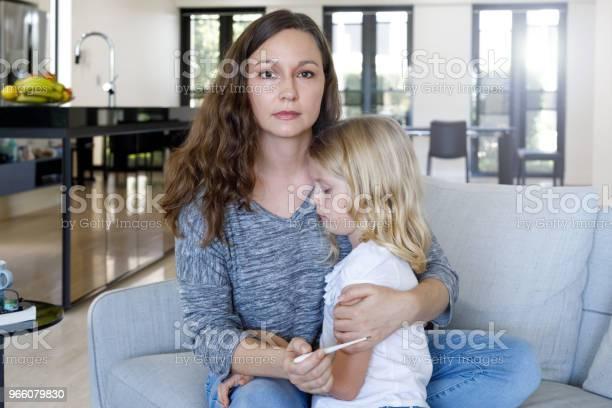 Мать Принимая Температуру Ребенка С Термометром — стоковые фотографии и другие картинки Австралия - Австралазия