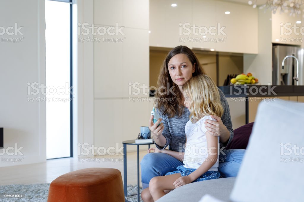 Mother Taking Child's Temperature With Thermometer - Royalty-free 6-7 Anos Foto de stock