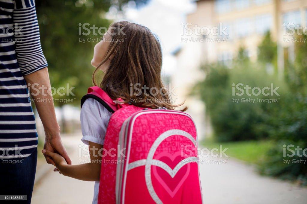 Mutter mit ihrer Tochter zur Schule – Foto