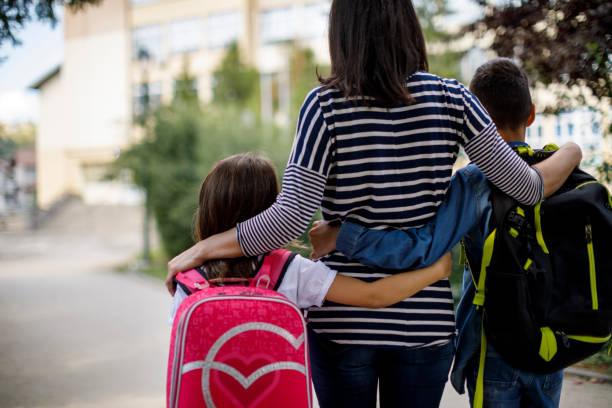 Mutter mit Kindern zur Schule – Foto