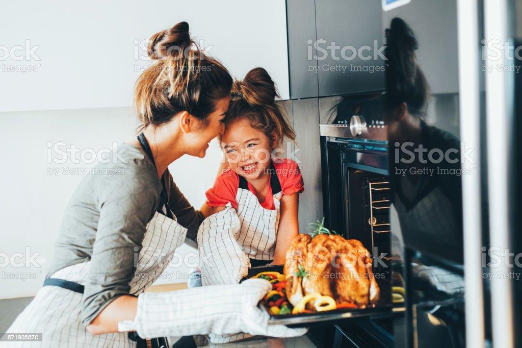 Anne yemek fırından alarak stok fotoğrafı