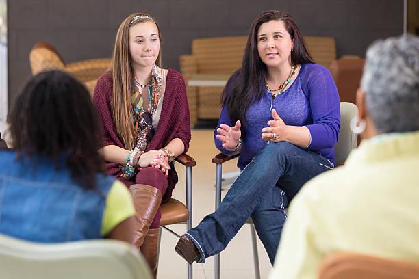 mother 話題の親についてはサポートグループのミーティング - 学校カウンセラー ストックフォトと画像