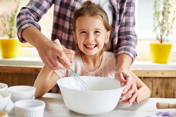 Mutter lehrt Tochter bereiten Teig zusammen in der Küche – Foto