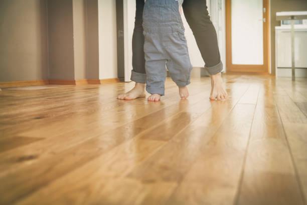 Mutter lehrt ihren Jungen zu Fuß – Foto