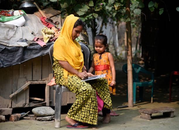 Mutter unterrichtet ihre Tochter in ihrer Residenz – Foto