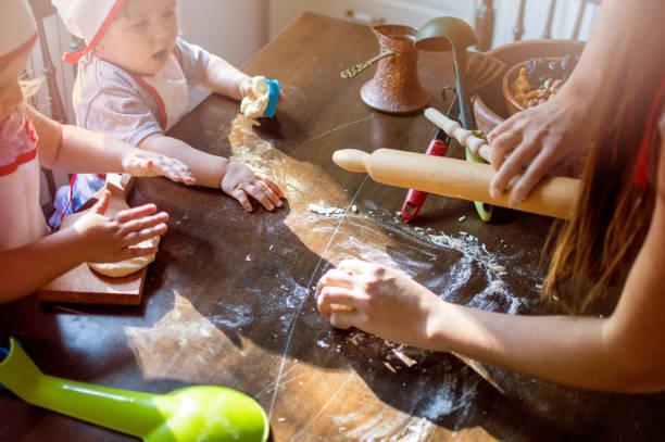mutter, lehre, gebäck backen ihre töchter - 3 zutaten kuchen stock-fotos und bilder
