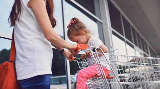 Mutter erzählt ihrer Tochter nicht zum Kauf Kuchen und ruhig sein – Foto
