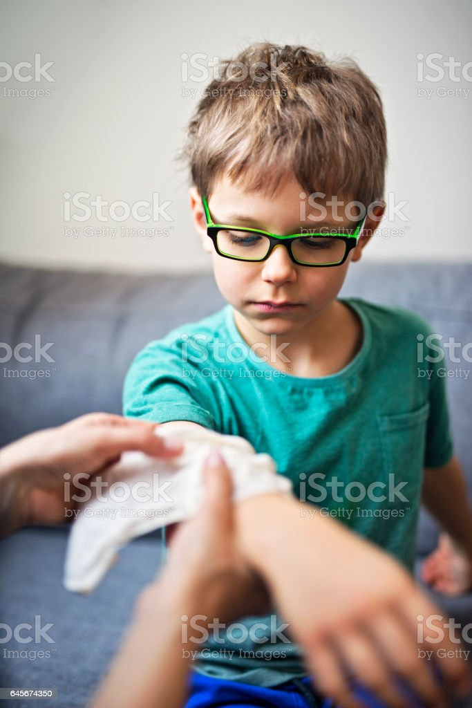 Mère répondant à son fils le bras blessé - Photo