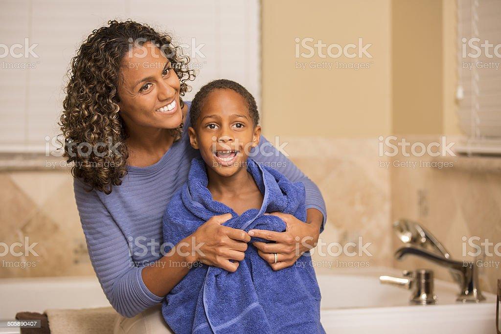 Mutter Sohnhandtuch Trocknen Nach Seinem Bad Home Badezimmer ...