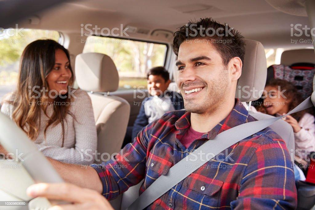 Mutter dreht sich um ihre Kinder auf dem Rücksitz des Autos – Foto