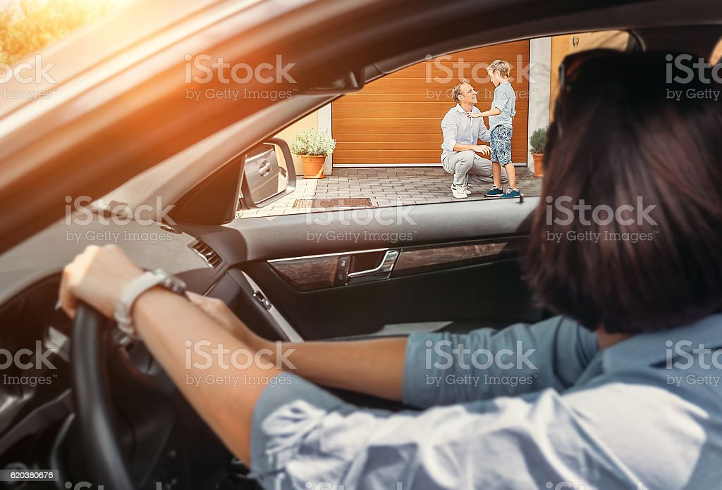 Mother waits her son in auto zbiór zdjęć royalty-free