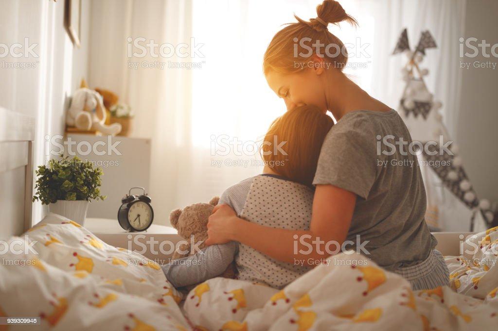 Mutter aufwacht Tochter im Bett morgens – Foto