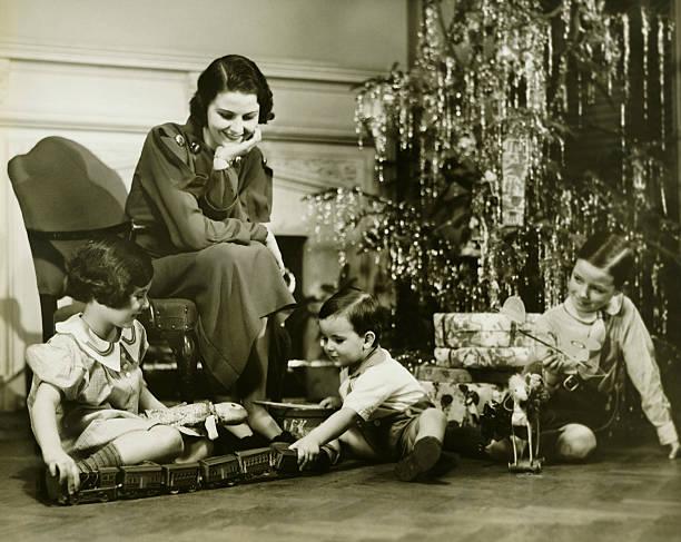 母 3 人の子供が遊ぶながらクリスマスツリー、(b &w - 1930~1939年 ストックフォトと画像
