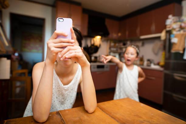 mutter, smartphone und böse tochter betreibt - fails zum thema eltern stock-fotos und bilder