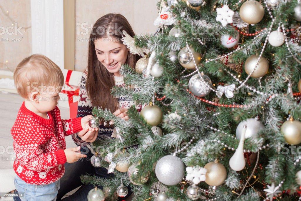 Mutter Mit Einem Kleinkind Weihnachten Dekoration Geschenke ...