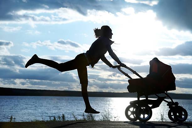Mutter mit einem Kinderwagen – Foto