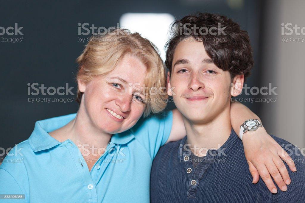 Eine Mutter mit einem Teenager – Foto