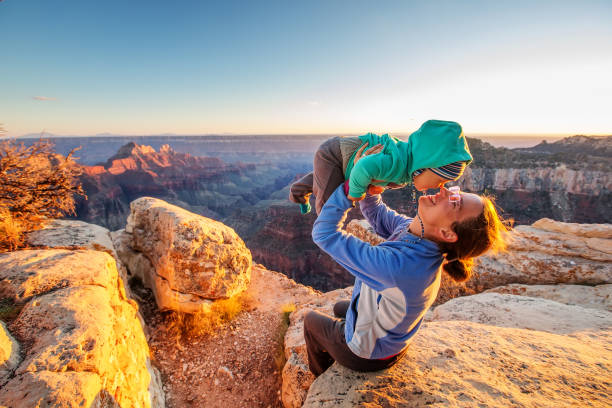 Eine Mutter mit Baby Sohn in Grand Canyon National Park, North Rim, Arizona, USA – Foto