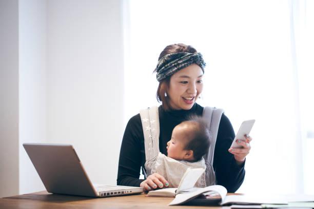 mãe com bebê, trabalhar em casa - dona de casa - fotografias e filmes do acervo