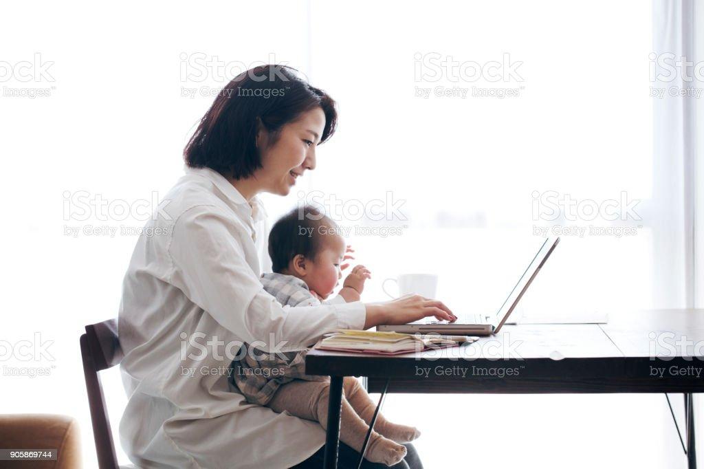 Mère avec bébé, travail à domicile - Photo