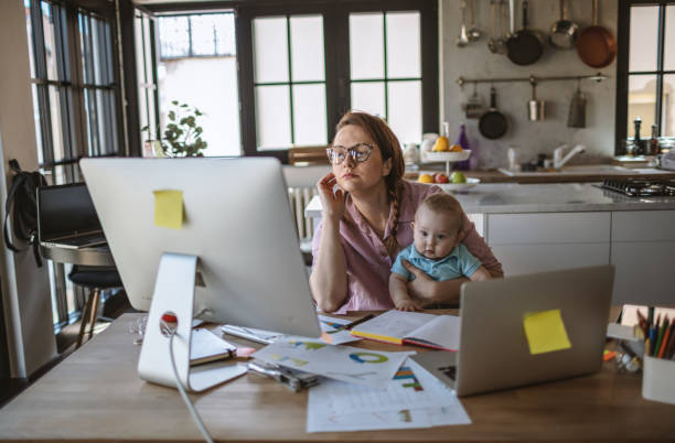 Mutter mit Baby arbeitet von zu Hause – Foto