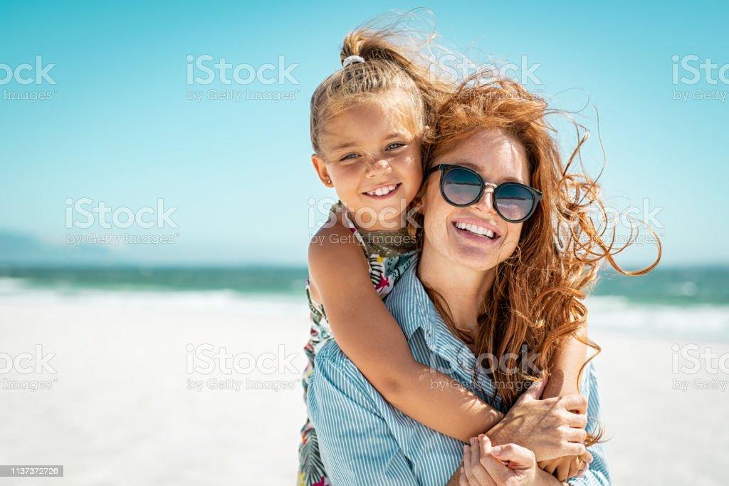 Madre con hija en la playa foto de stock libre de derechos