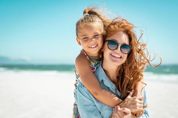 Mutter mit Tochter am Strand – Foto