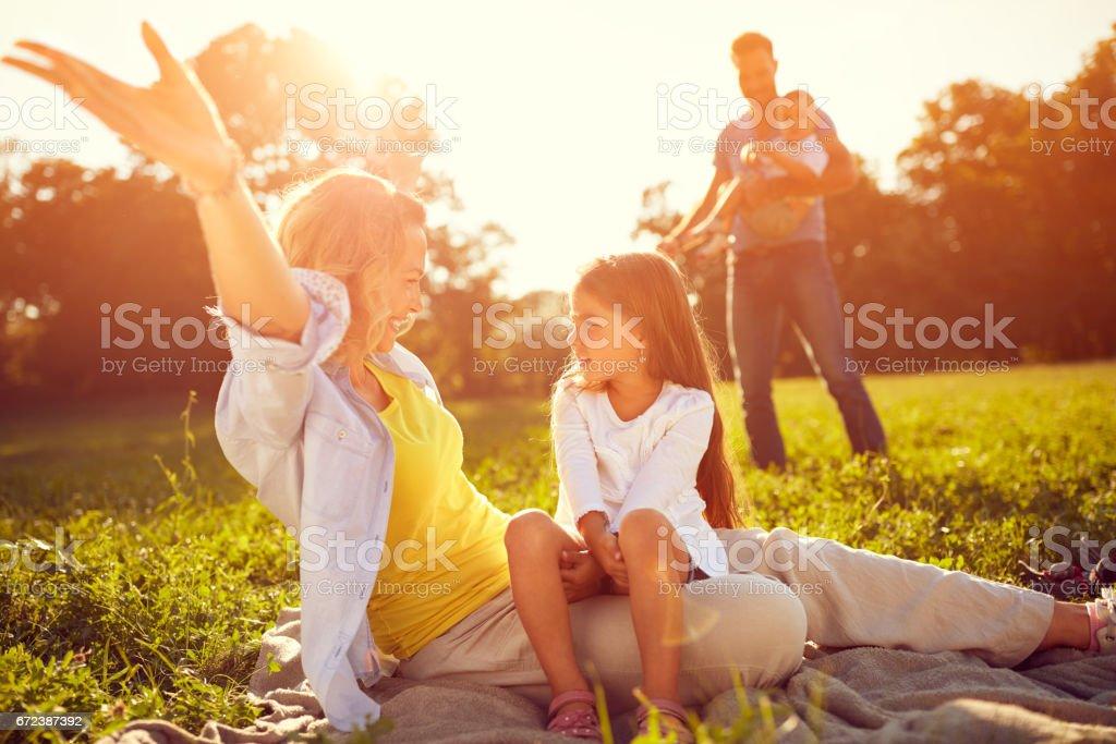 Mutter mit Tochter auf Picknick genießen – Foto
