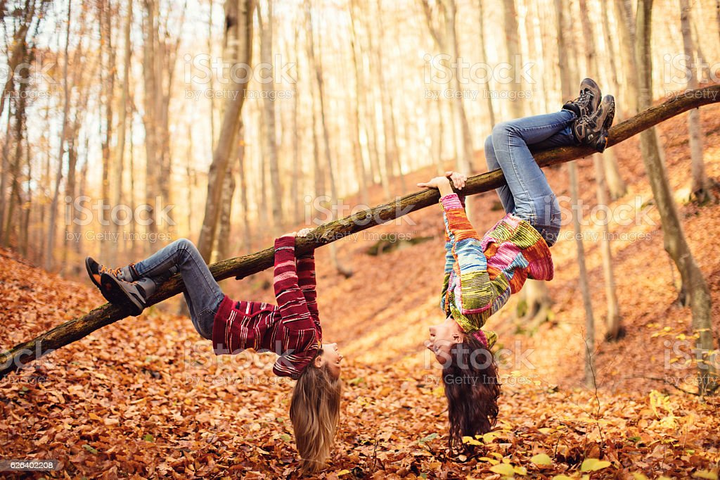 Mother with daughter in autumn wood - foto de stock