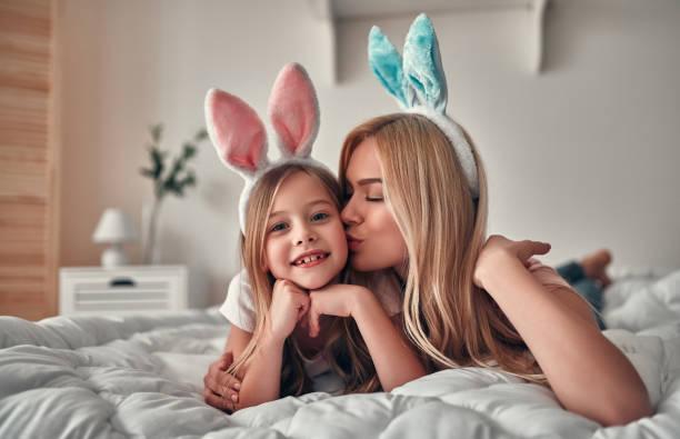 Mutter mit Tochter auf Bett – Foto