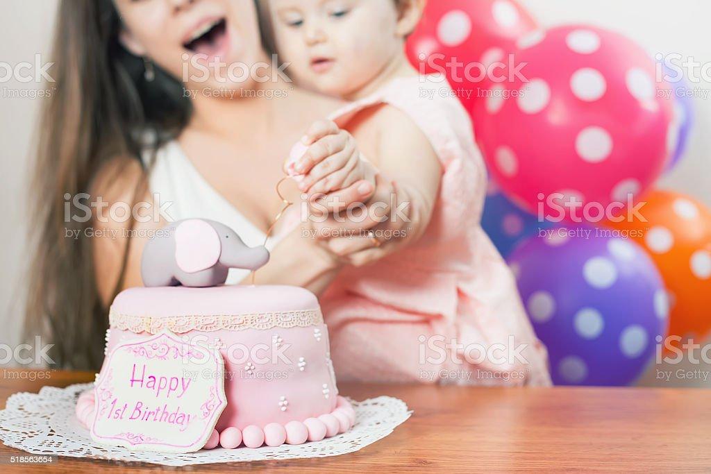 Mutter Mit Lustige Babys Erster Geburtstag Zu Feiern Kuchen Stock