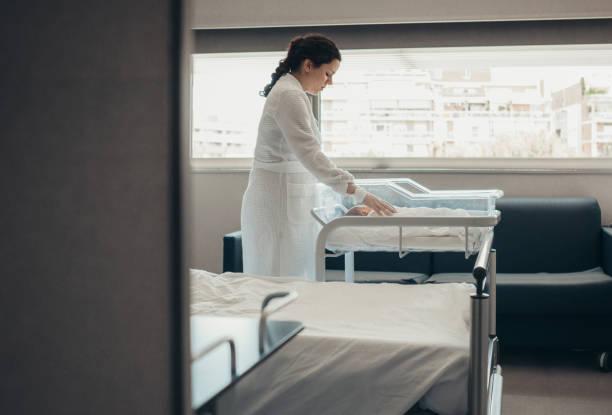 Mutter mit ihrem Neugeborenen Baby im Krankenzimmer – Foto