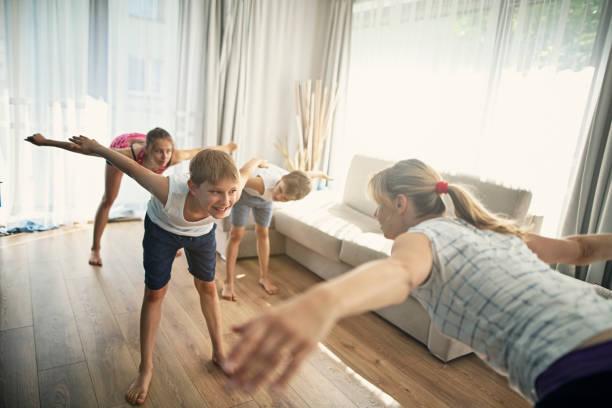 Mutter mit Kindern trainieren zu Hause – Foto