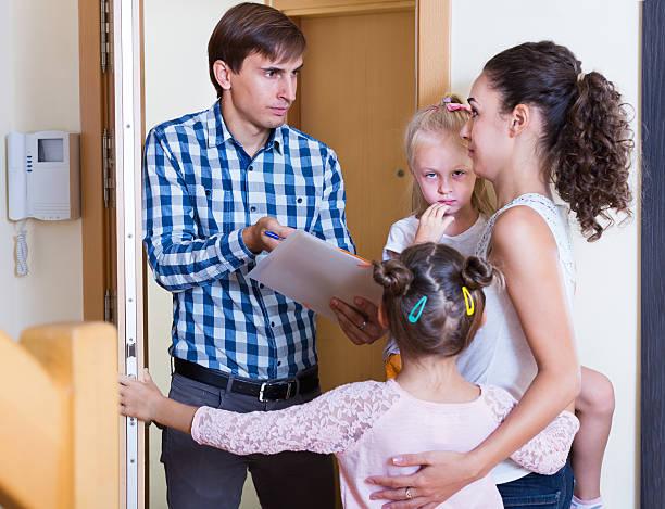 mutter mit kindern über schulden sammler - kindergeldantrag stock-fotos und bilder