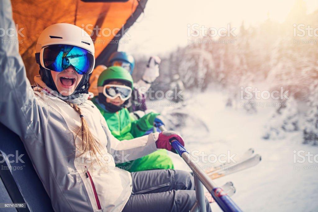 Mutter mit Kinder sitzen auf einem Skilift – Foto