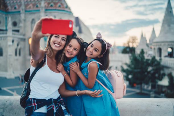 selfie 子供を持つ母 - マーチャーシュ教会 ストックフォトと画像