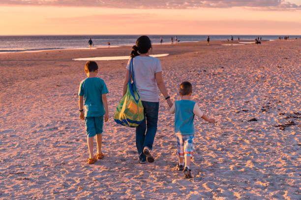 Mutter mit Kindern zu Fuß zum Strand – Foto