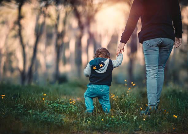 Mutter mit Sohn im Wald spazieren – Foto