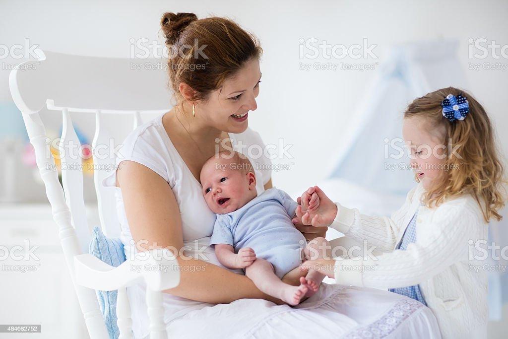 Mutter und Neugeborenes baby und Kleinkind Tochter – Foto
