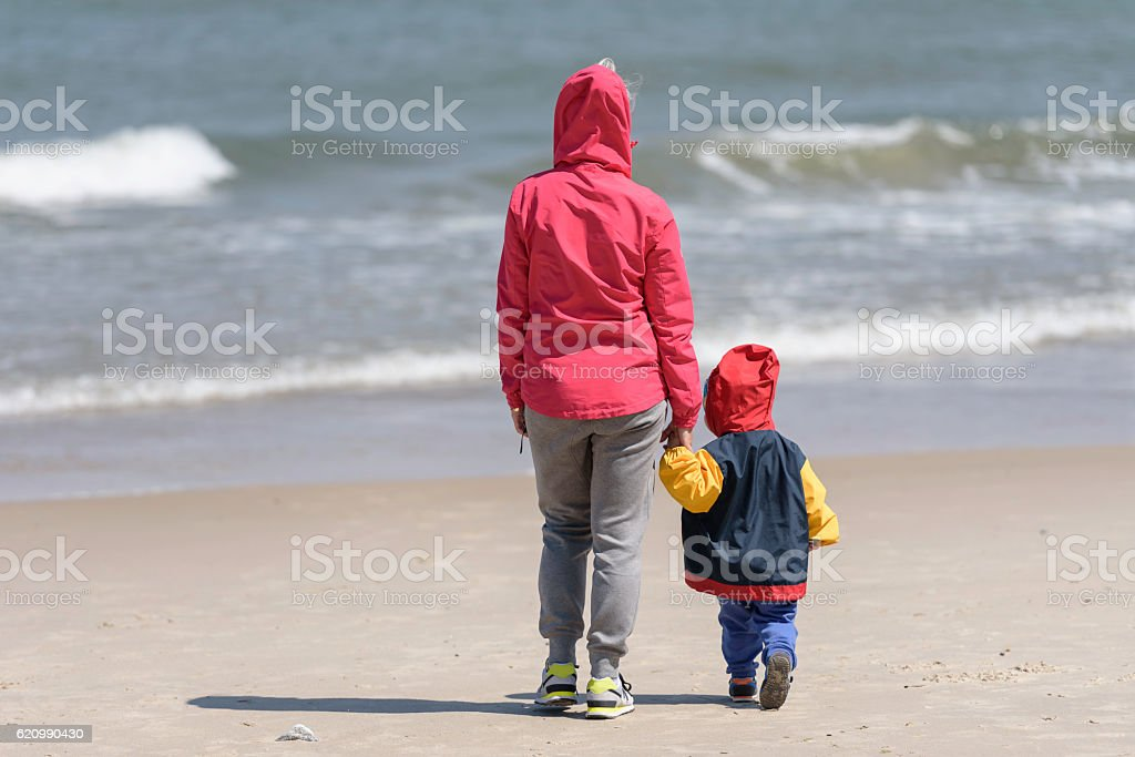 Mother with son admiring sea waves foto royalty-free