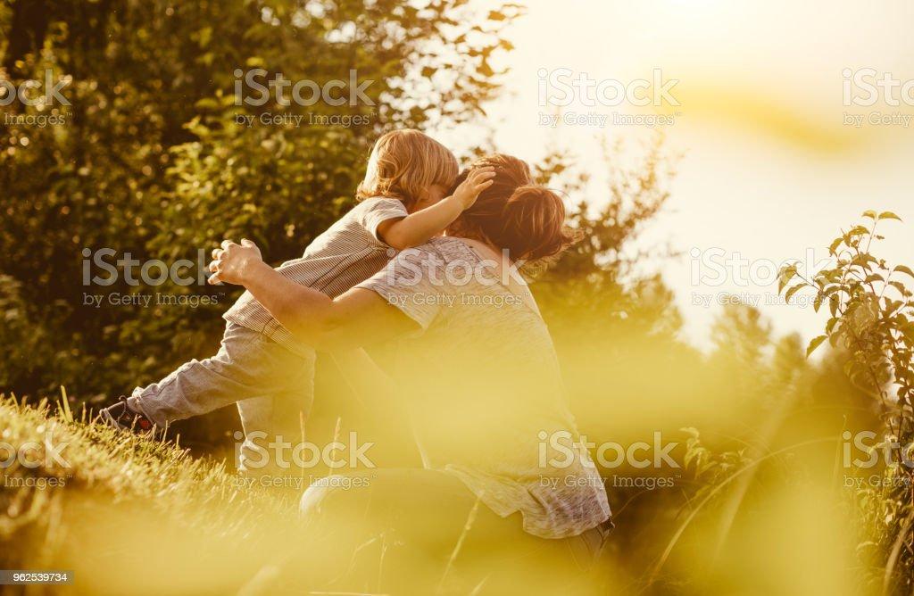 Mãe com o filho a brincar ao ar livre - Foto de stock de 12-23 meses royalty-free
