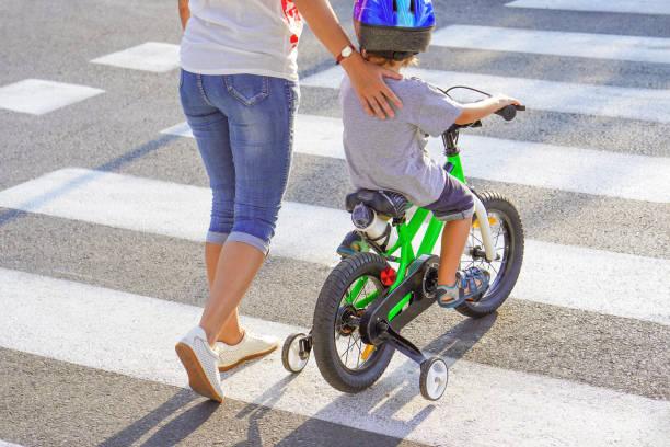 Mutter mit Sohn mit Fahrrad auf einem Zebra – Foto