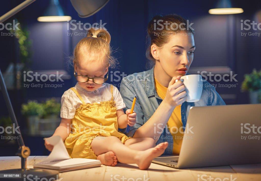 Mutter mit Kleinkind arbeiten – Foto