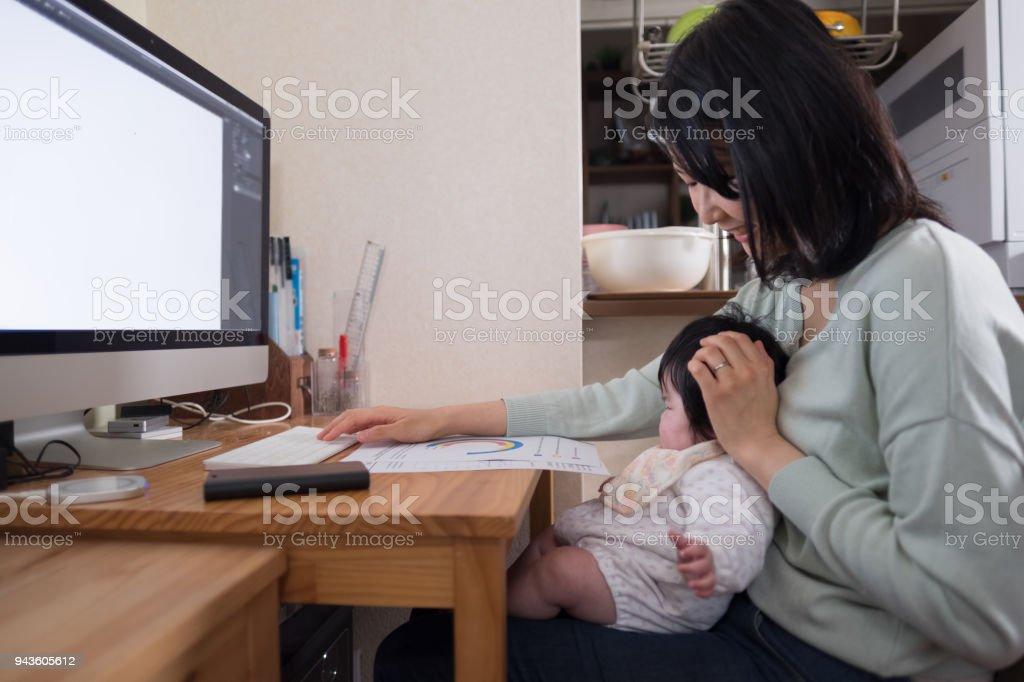 母親と赤ちゃん自宅勤務 ストックフォト