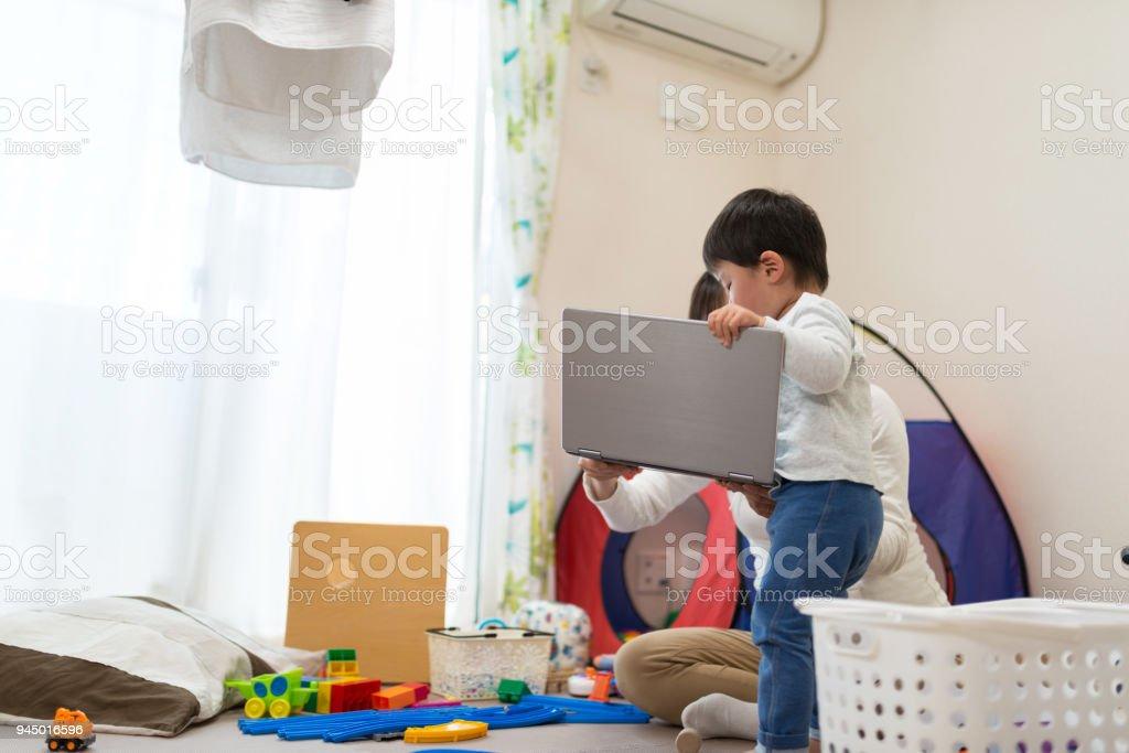 母親の子供と自宅で仕事 ストックフォト