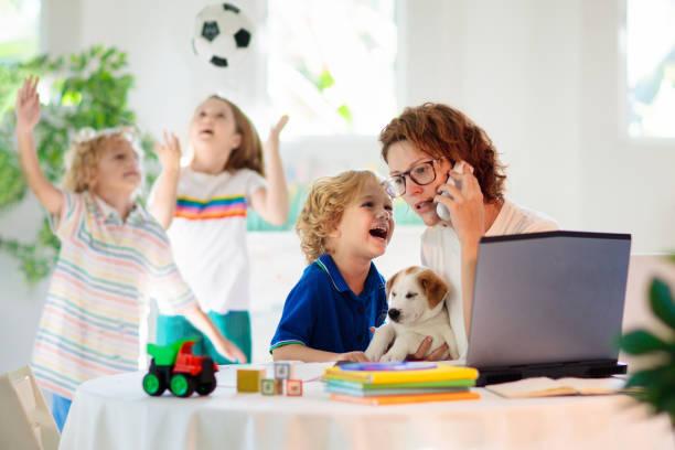 Mutter arbeitet von zu Hause aus mit Kindern. Quarantäne. – Foto