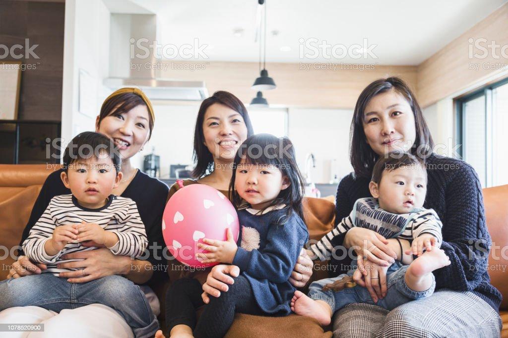 母親と子供たちはテレビを見て ストックフォト