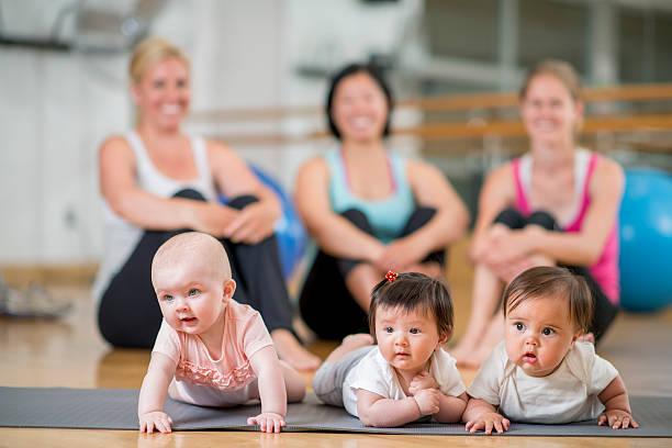 Mère et son bébé à l'exercice classe - Photo