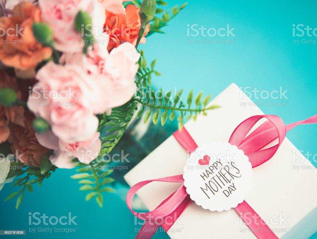 Muttertag-Anordnung mit Geschenk und frische Nelken – Foto