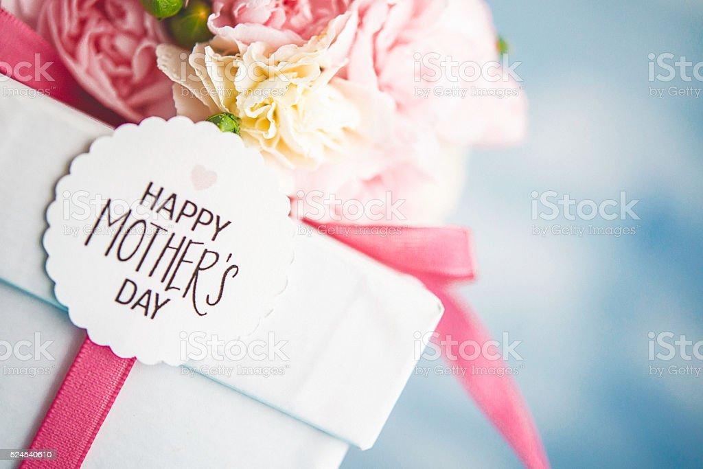 Muttertag Anordnung mit Pastell Blumen Blumenstrauß und Geschenk – Foto